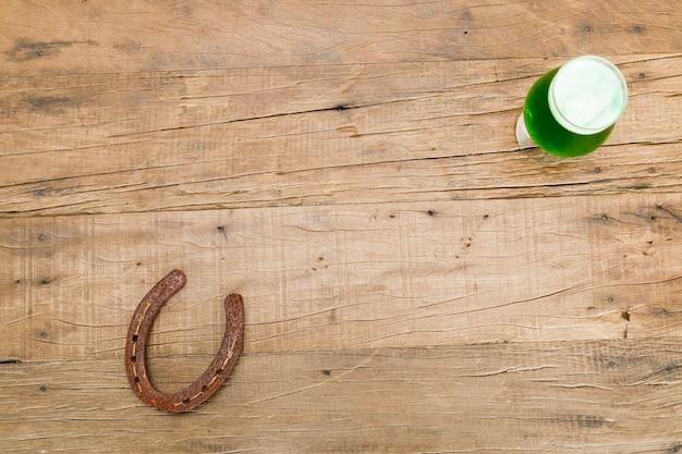 성 패트릭의 날을 축하하기 위해 녹색 맥주와 말굽의 유리.
