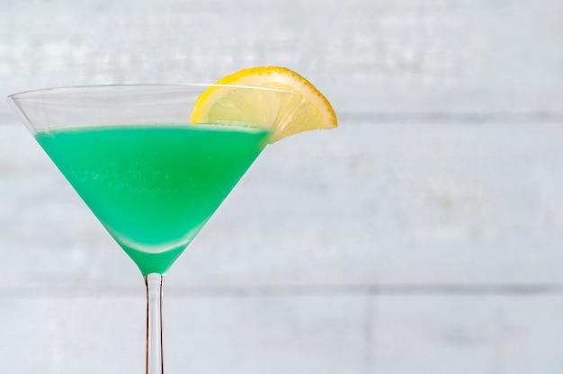 녹색 스크루 드라이버 칵테일 음료 한 잔