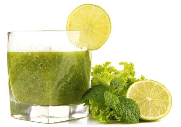 녹색 야채 주스와 라임 흰색 절연 유리