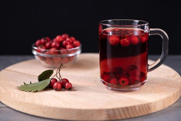 サンザシジュースと新鮮なサンザシの果実のガラス