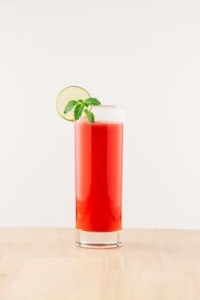 여름에 건강한 수박 주스 한 잔