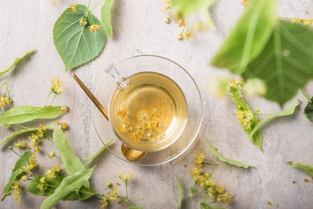 Стакан травяного чая с цветами липы