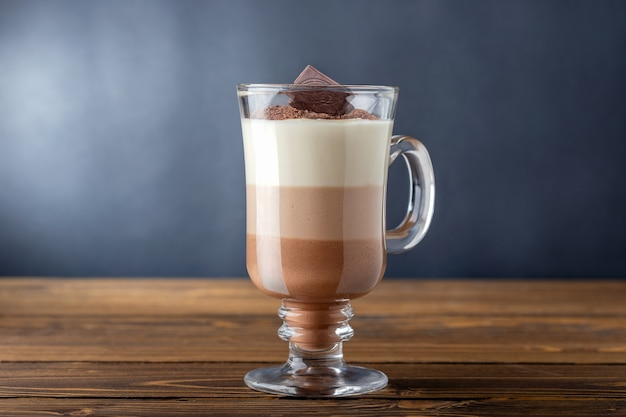 나무 테이블에 3 개의 계층화 된 음료의 핫 초콜릿의 유리. 카카오, 카페인.