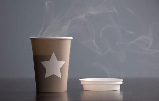 테이블에 연기와 함께 뜨거운 커피 한잔