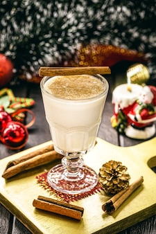 Стакан горячего гоголя-гоголя, рождественского напитка на основе яиц, корицы, миндаля и ромового ликера. называется гоголь-моголь, молоко и писко, кокито или крем-де-ви