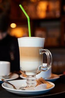 Стакан горячего кофе латте