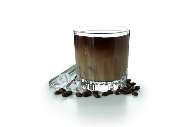 Стакан ледяного кофе, изолированные на белом фоне