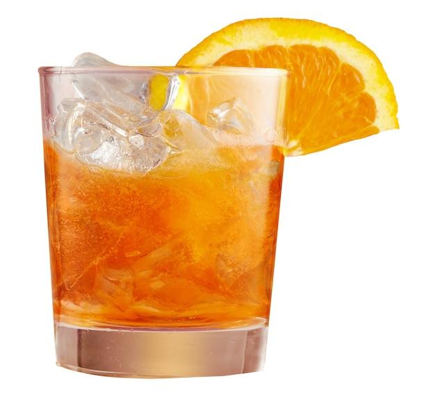 얼음처럼 차가운 aperol spritz 칵테일의 유리는 오렌지 조각으로 장식 된 유리에 제공됩니다. 아페리티프, 흰색 배경에 고립