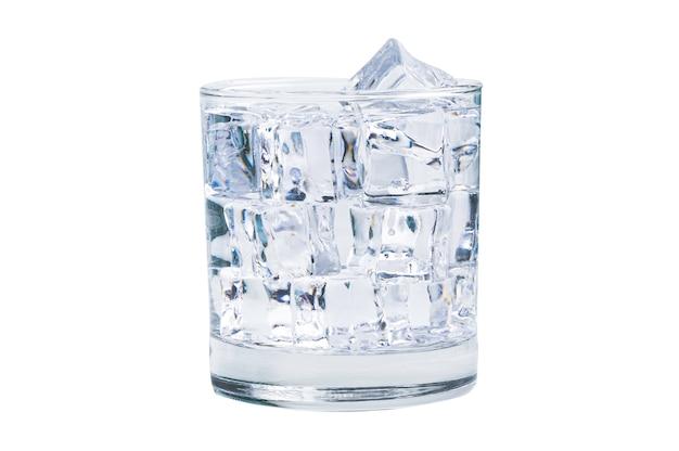 Стакан кубиков льда холодной пресной воды для питья летом на белом фоне