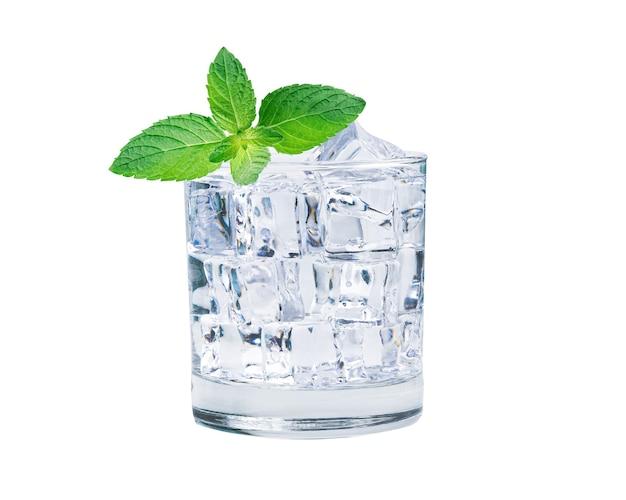 夏に飲むための新鮮なミントの葉と氷のガラスの冷たい水。