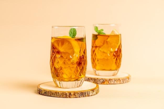 민트와 아이스 레몬 차 한잔