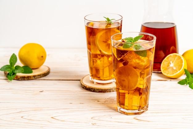 Стакан холодного чая с лимоном и мятой