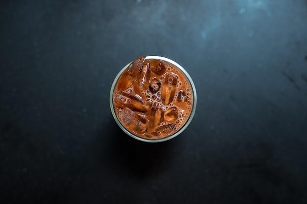테이블에 우유와 아이스 커피 한 잔