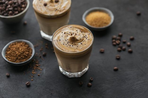 연한 베이지에 트렌디 한 푹신한 크리미 한 휘핑 커피와 밀크 아이스 달고나 커피 한잔