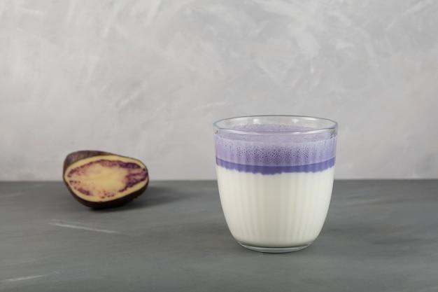 アイススイートパープルポテトラテのグラス。セレクティブフォーカス、コピースペース。韓国の飲み物。