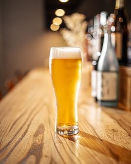 바 책상에 일본 라이트 맥주 한 잔
