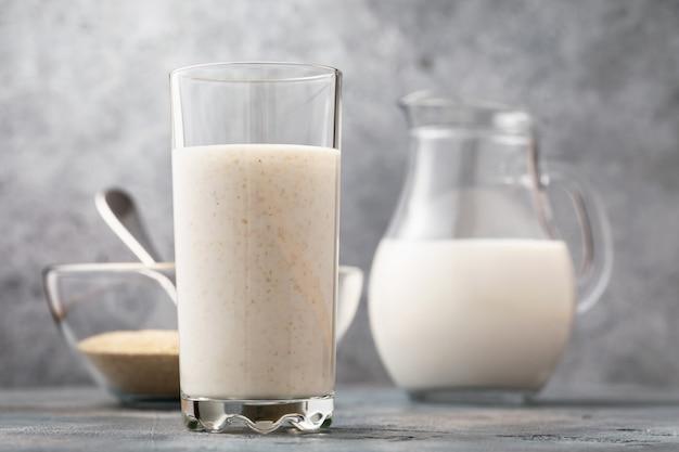 消化に有用な飲料のトピックに関するテーブルコンセプトのブランとケフィアのガラス