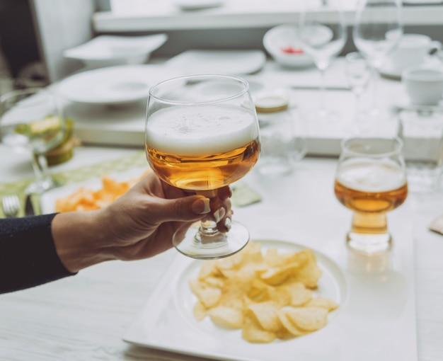 手でラガービールのグラス