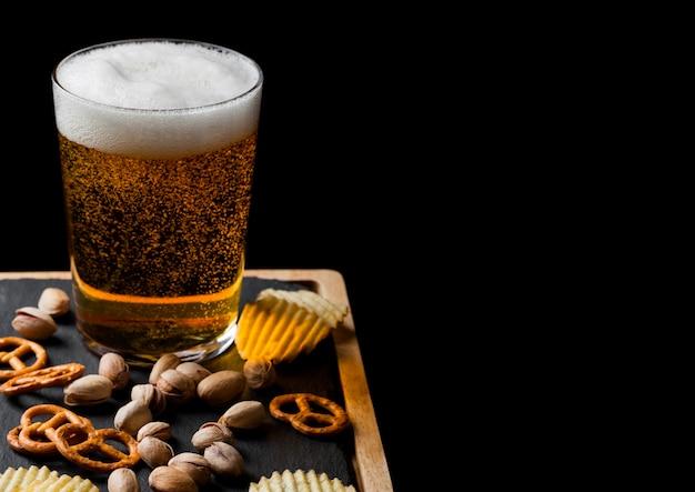 블랙에 돌 보드에 간식으로 라 거 맥주 한 잔