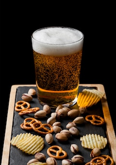 간식으로 돌 보드에 간식으로 라 거 맥주 한 잔