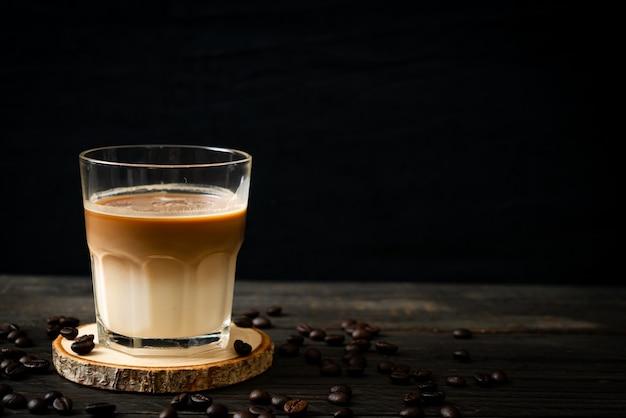 Стакан кофе латте, кофе с молоком на деревянном фоне