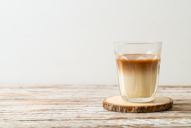 Стакан кофе латте, кофе с молоком на фоне дерева