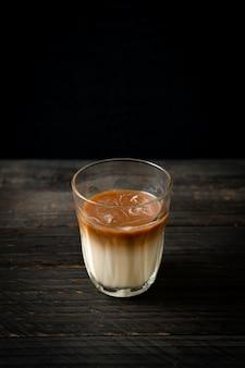 라떼 커피 한 잔, 나무 배경에 우유를 넣은 커피