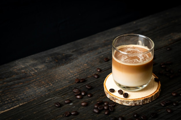 Стакан кофе латте, кофе с молоком на деревянном столе