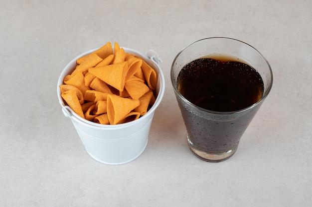레모네이드 유리와 삼각형 모양의 칩 양동이