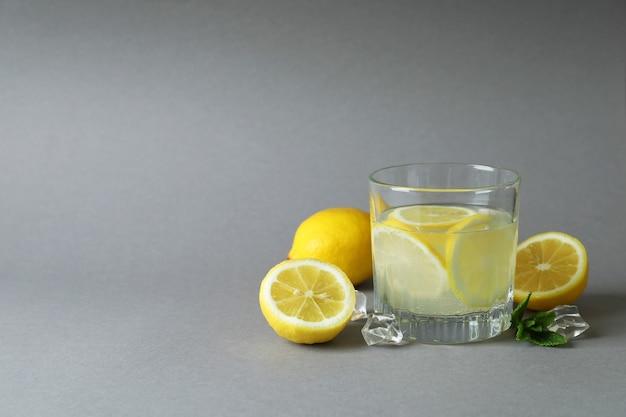 ライトグレーの表面にレモネードと材料のガラス