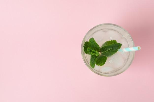 ピンクの表面にレモネードのガラス、上面図