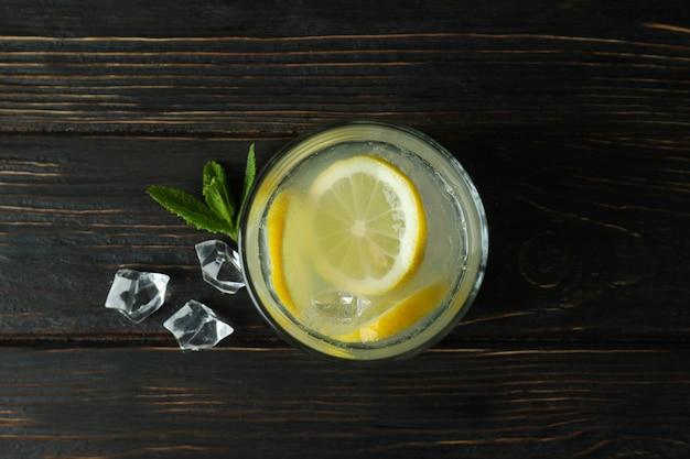 Стакан лимонада на деревянном столе, вид сверху