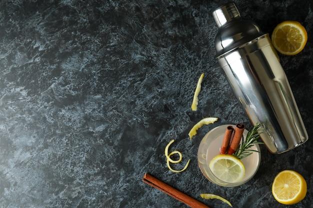 黒のスモーキーテーブルにシナモンとローズマリーとレモネードのガラス