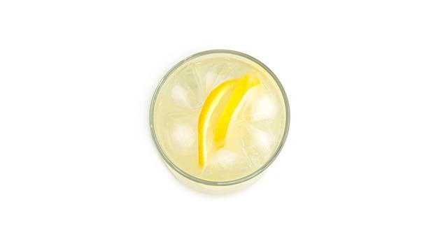 Стакан лимонада с дольками лимона и льдом. вид сверху.