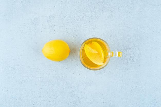 青にレモンスライスとレモネードのガラス