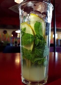 ミントと氷とレモネードのガラス。夏の飲み物