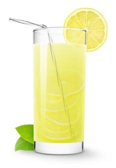 흰색 배경에 분리된 짚과 레몬 조각이 있는 레모네이드 한 잔
