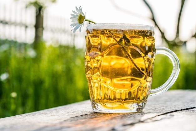 軽めのビールと自然のカモミール