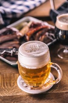 パブの軽いビールまたはデリコイアス料理のテーブルの上のレストランのグラス。