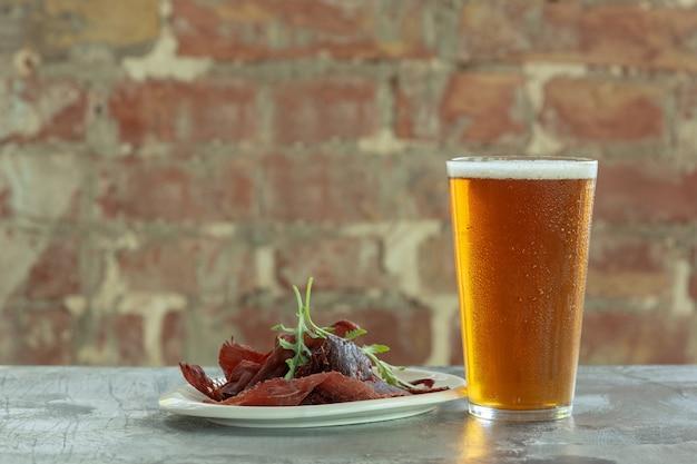 石のテーブルに軽いビールのグラス