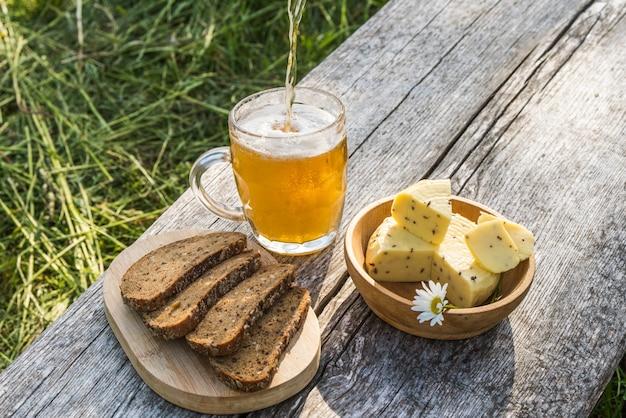 軽めのビールとチーズとライ麦パン