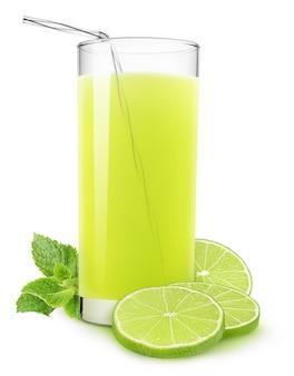 Стакан лаймового напитка, свежие кусочки лжи и лист мяты, изолированные на белом фоне