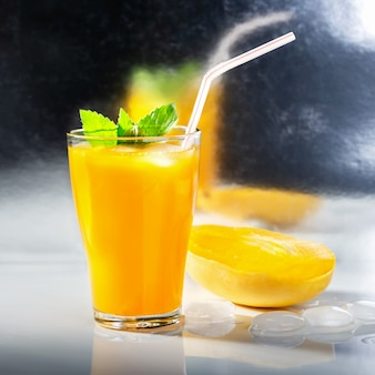 バーのカウンターでカクテルのマンゴーのグラス。