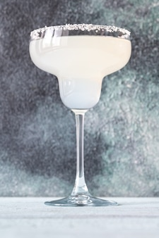 Бокал коктейля маргарита, украшенный соляной каймой