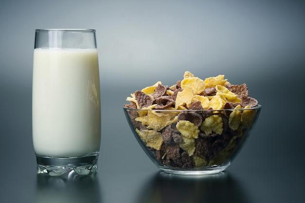 우유 한 잔과 콘플레이크 한 접시