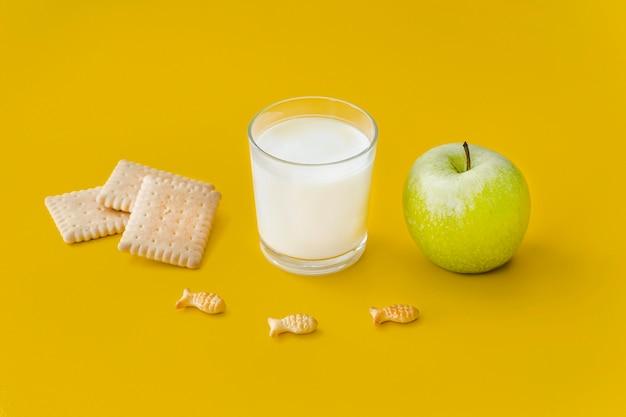 Стакан молока и яблок