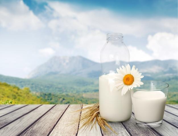 Стакан молока и бутылка на фоне