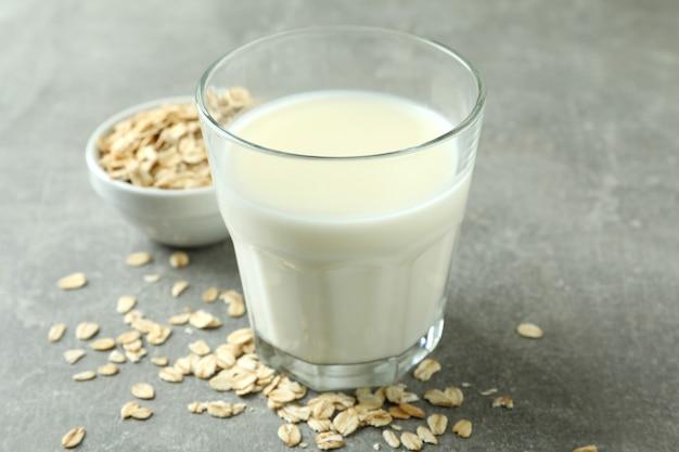 灰色のミルクとシリアルのガラス