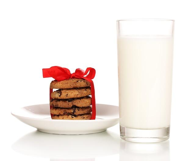 白で隔離のミルクとクッキーのガラス