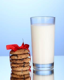 파란색 배경에 우유와 쿠키의 유리